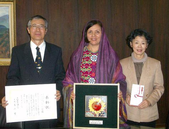 (左から、事務局長の稲葉一八さん、代表のサーベ・ファタナさん、事務局の須田三恵子さん)