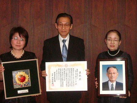 (左から、事務局長の井上陽子さん、代表の八田次郎さん、初代代表故小野木義男夫人小野木典子さん)
