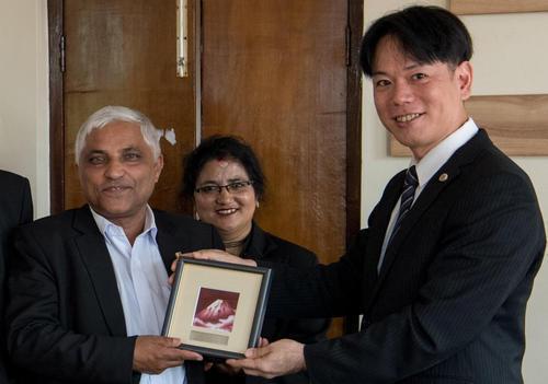 ネパール弁護士会長に小川晶露委員長が記念品贈呈.jpg