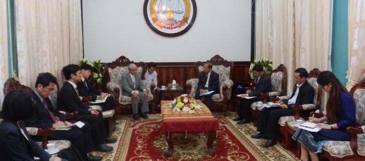 司法大臣(中央右)と小川団長(中央左)